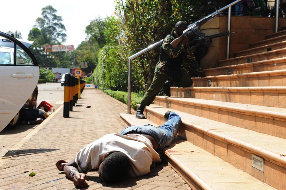 Убитый и полицейский у входа в торговый центр Westgate