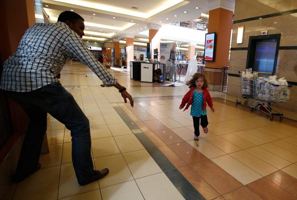 Полицейский и бегущая в безопасное место девочка