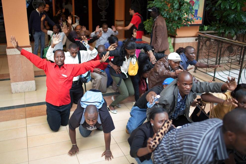 В ходе спецоперации военные вывели из торгового центра более 200 человек. Среди спасенных есть две россиянки