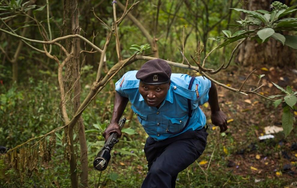 Кенийский полицейский бежит в укрытие