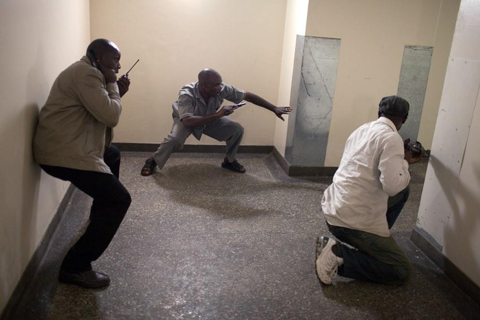 Силовики прочесывают этажи ТЦ в поисках боевиков