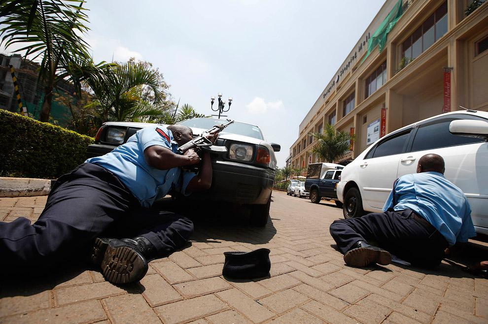 Полицейский около торгового центра Westgate в столице Кении Найроби