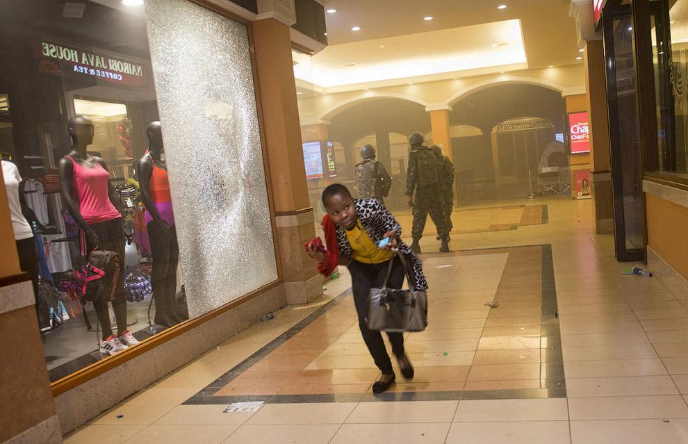 Женщина бежит в укрытие