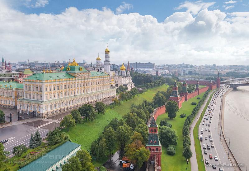 Большой Кремлёвский дворец, участок кремлевской стены и Клемлевская набережная Москвы-реки.