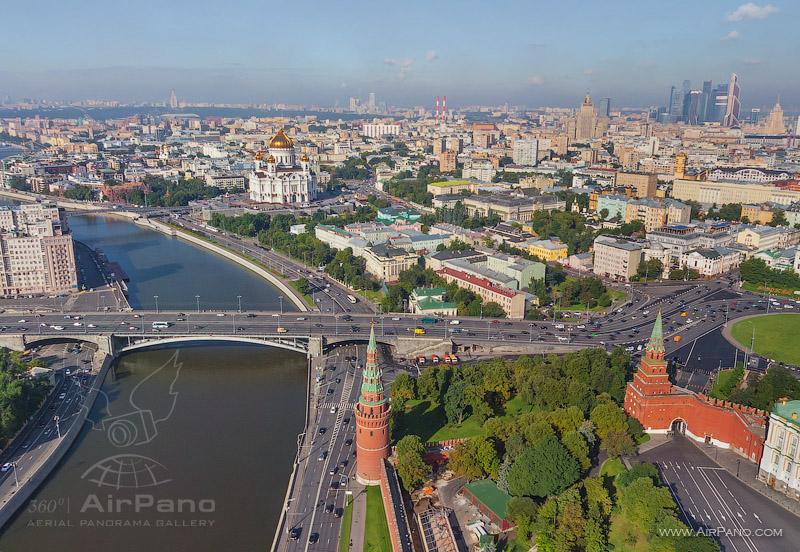 Большой каменный мост, Водовзводная и Боровицкие башни кремлевской стены