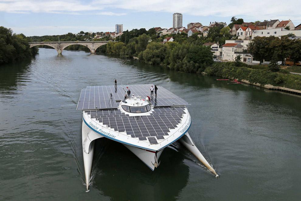 Самое большое в мире судно на солнечных батареях идет по Сене около Парижа