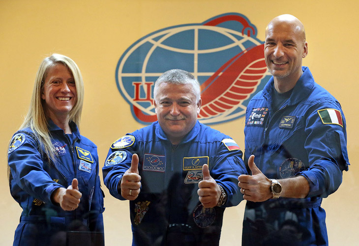 Федор Юрчихин (в центре), астронавт НАСА Карен Найберг (справа) и астронавт Европейского космического агентства Лука Пармитано
