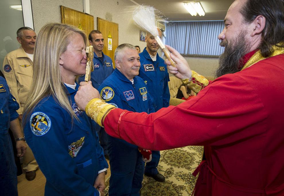 Не менее забавно — благословление космонавтов
