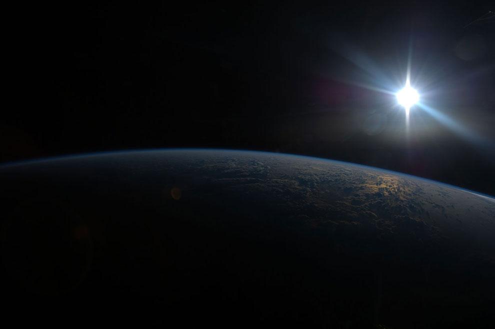 МКС пролетает на высоте около 257 км над Индийским океаном