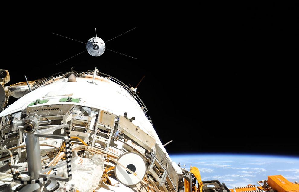 Космический грузовой корабль «Альберт Эйнштейн» приближается к МКС