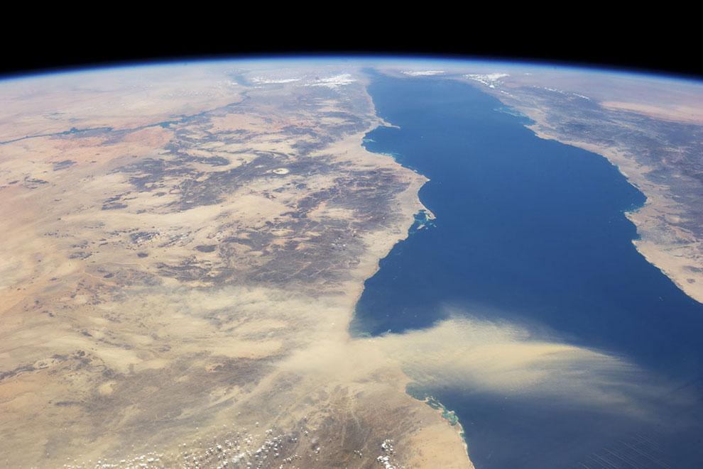 Красное море, Египет (слева) и Саудовская Аравия (справа)
