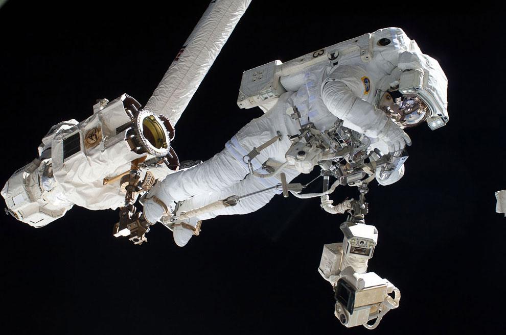 Итальянский космонавт ЕКА Лука Сальво Пармитано в открытом космосе