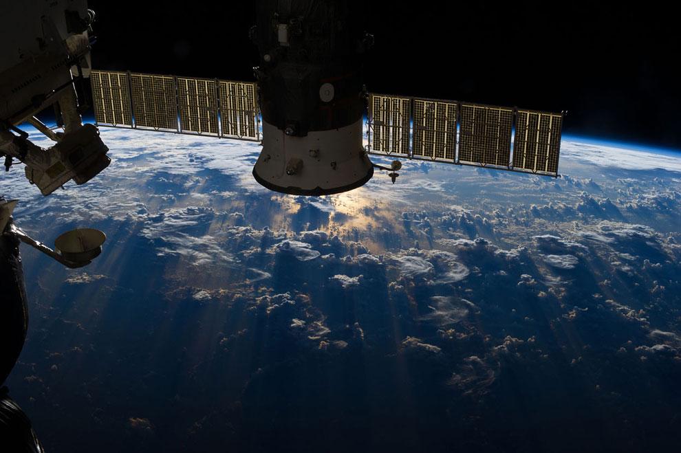 Грозовые облака над Атлантическим океаном в районе экватора и Бразилии