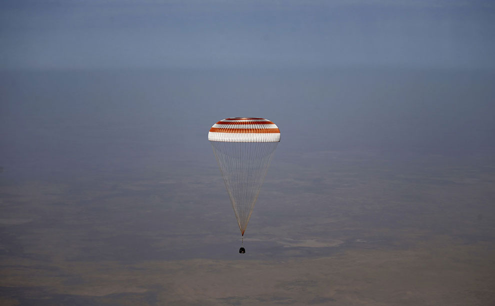 Спускаемый модуль с космонавтами