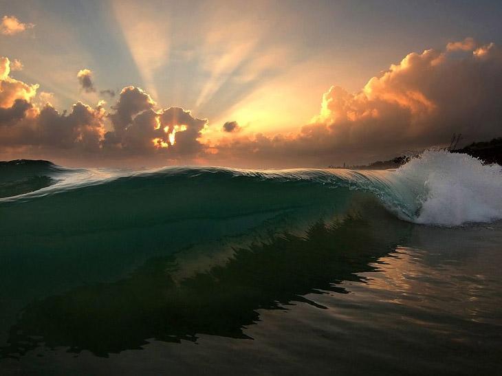 Волна на на острове Оаху Гавайского архипелага