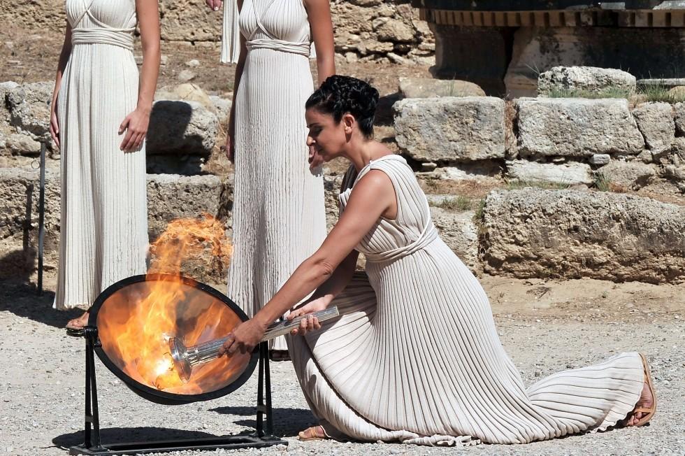 Верховная жрица, роль которой уже третий раз исполнила актриса Ино Менегаки, зажигает Олимпийский огонь от солнечных лучей