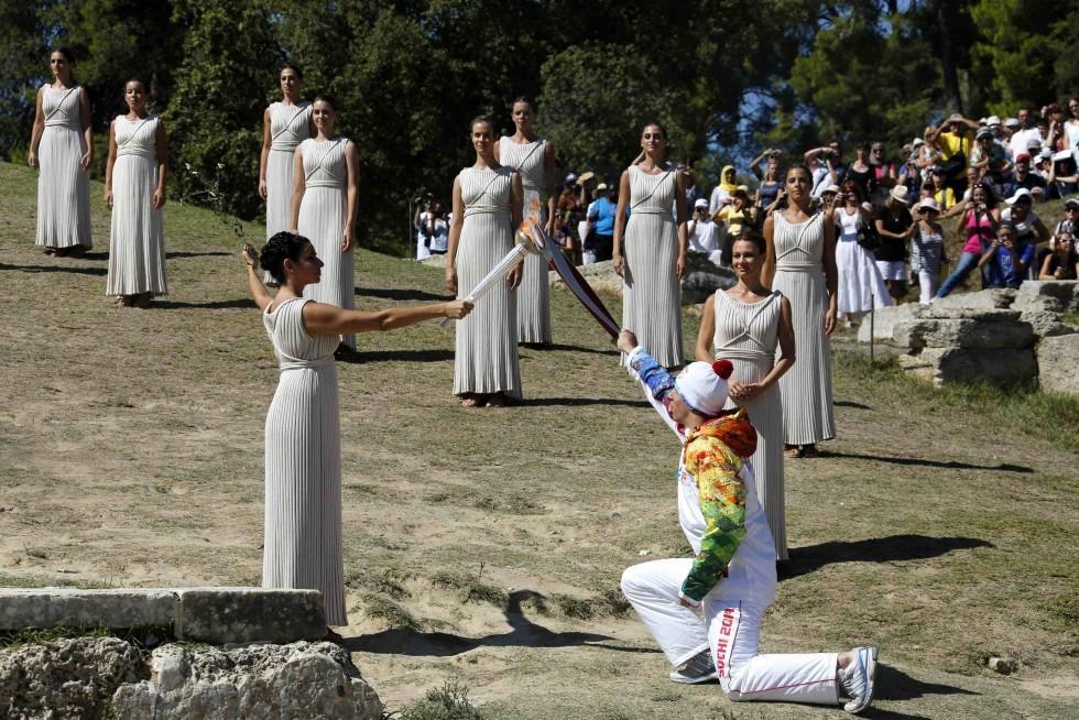 В продолжение Церемонии верховная жрица передала первый зажженный Факел и оливковую ветвь мира первому факелоносцу Эстафеты — греческому горнолыжнику Яннису Антониу