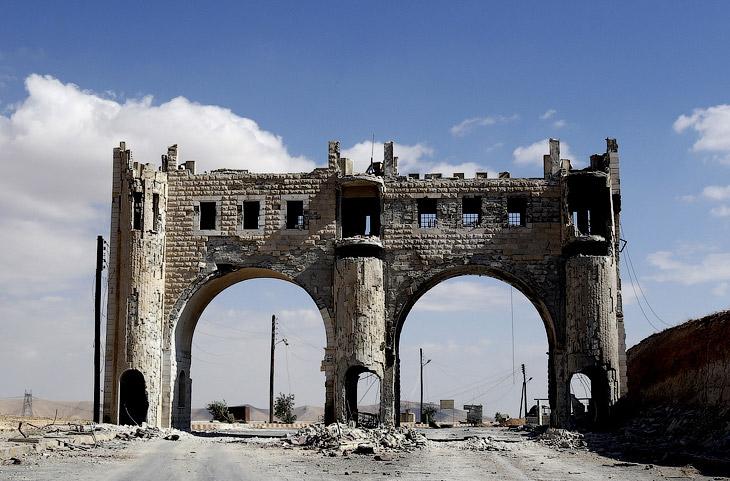 Полуразрушенная арка на дороге, ведущей к древнему городу Маалула, расположенному в 55 км к северо-востоку от Дамаска