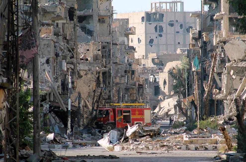 Разрушенные здания на улицах в сирийском городе Дейр-эз-Зор