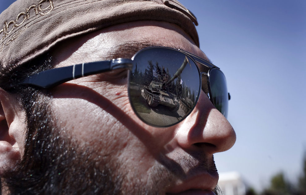Отражение танка в солнцезащитных очках боевика
