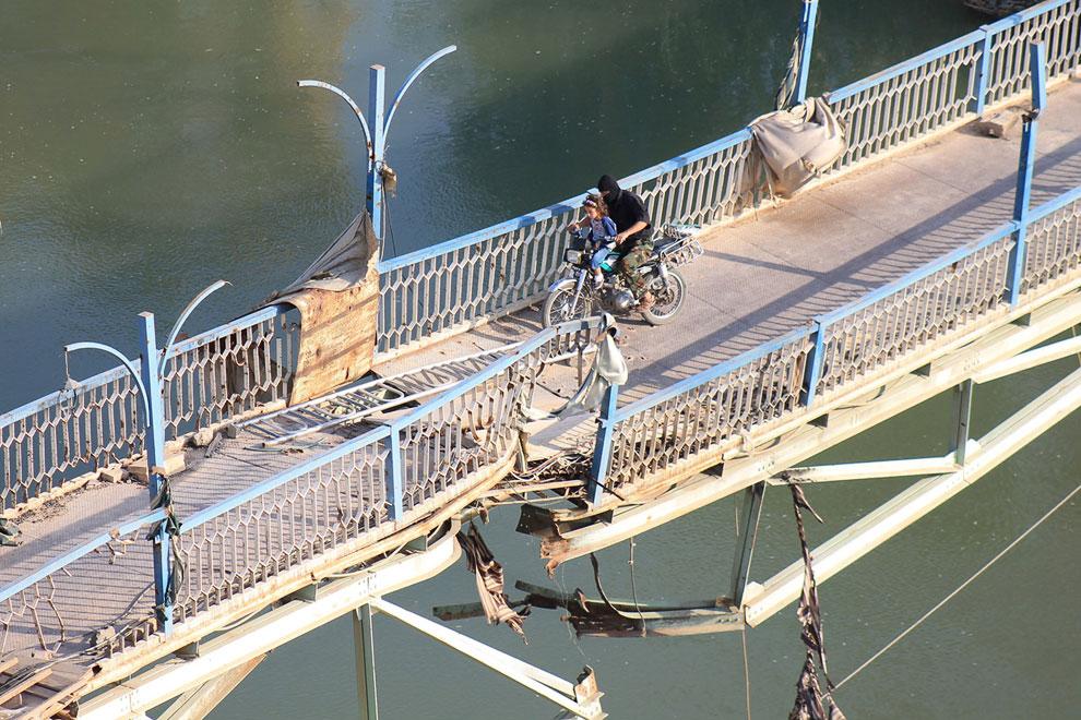 Поврежденный мост в Дейр-эз-Зоре