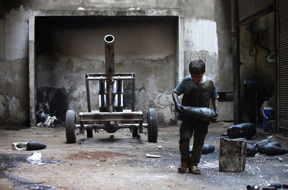 10 летний мальчик тащит минометный снаряд, Алеппо