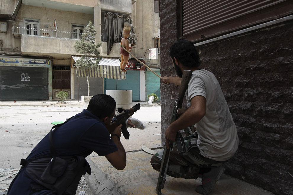 Боевики применяют отвлекающий маневр с куклой для прицеливания