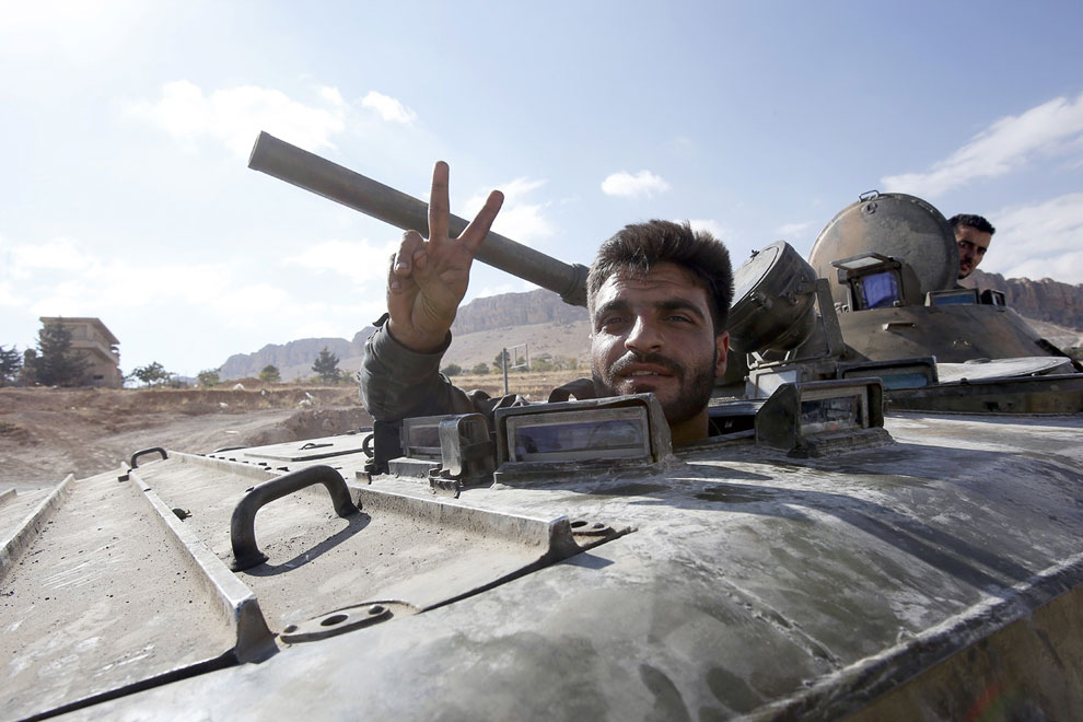 Сирийский боевик в бронетранспортере российского производства