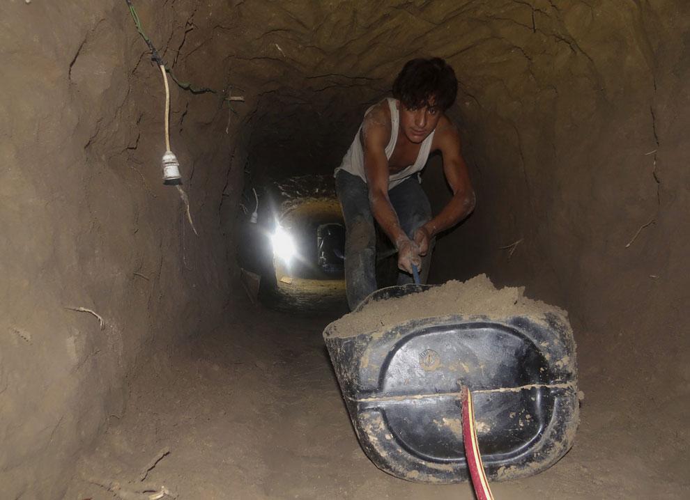 Местный житель роет туннель и пещеру, чтобы использовать их в качестве бомбоубежища в Дейр аль-Зор