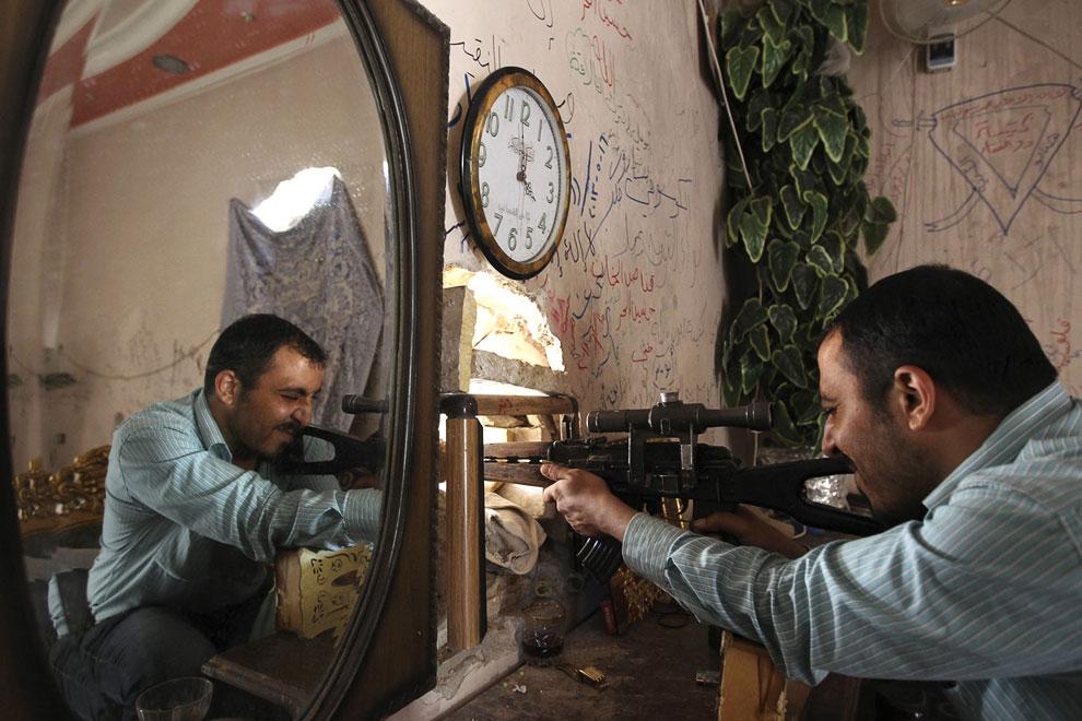 Боевик в заброшенном доме в старом городе Алеппо