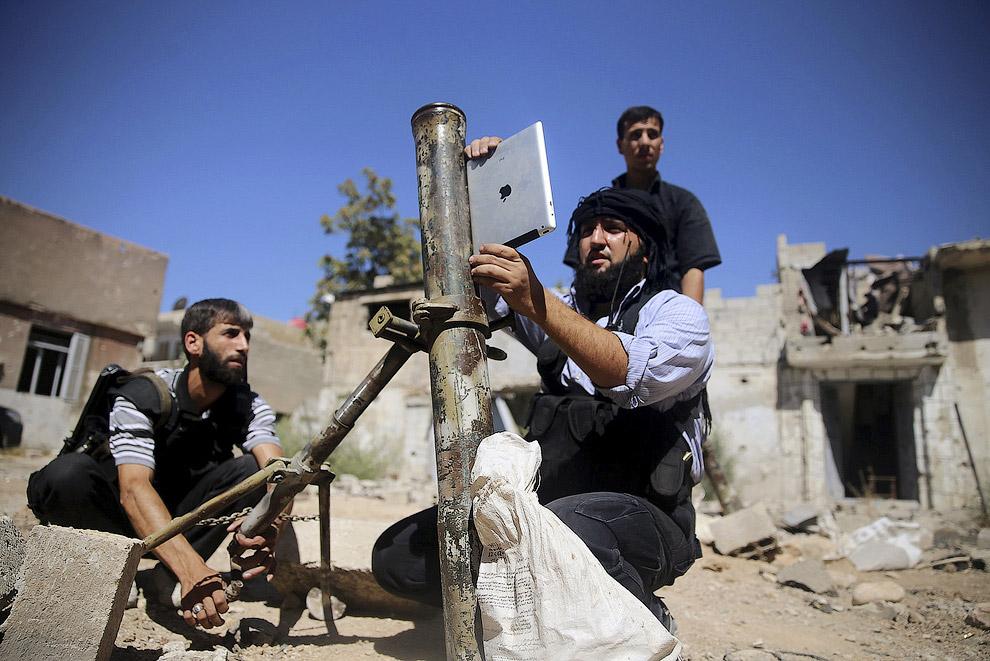 Наводка по Айпэду. Боевики бригады Ансар Димачк готовят к стрельбе самодельный миномет