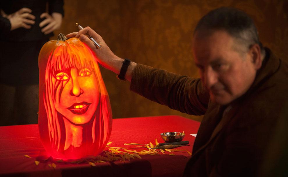 В конце октября, в канун Дня всех святых отмечается Хэллоуин