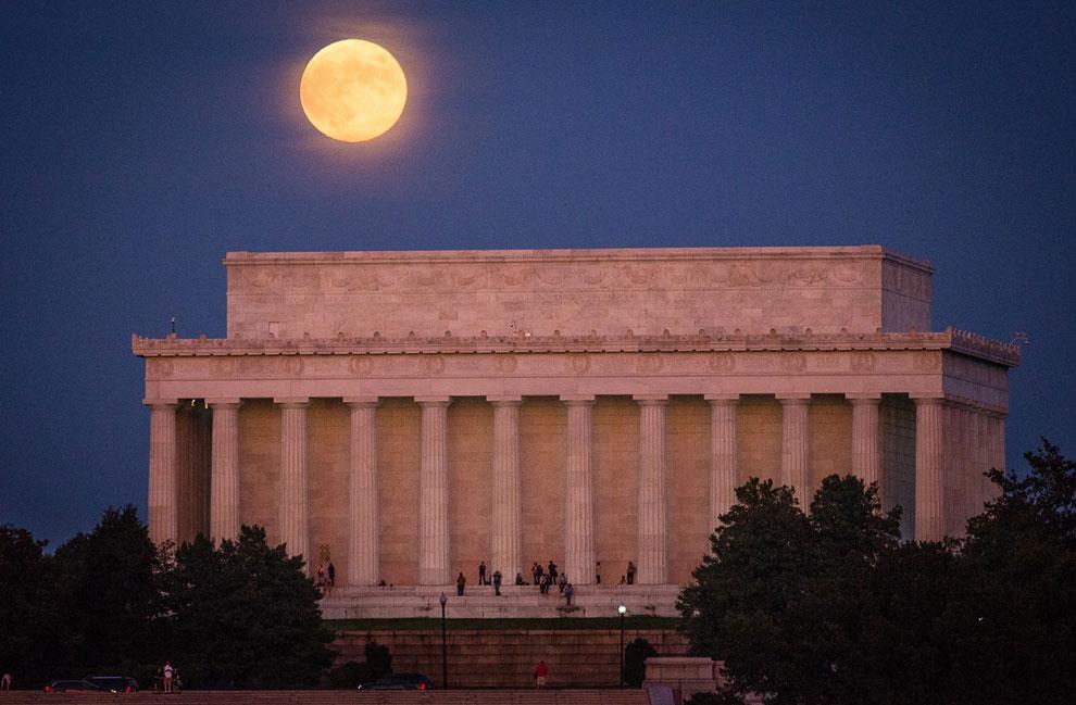 Полнолуние и Мемориал Линкольна — мемориальный комплекс, расположенный на Национальной аллее в центре Вашингтона