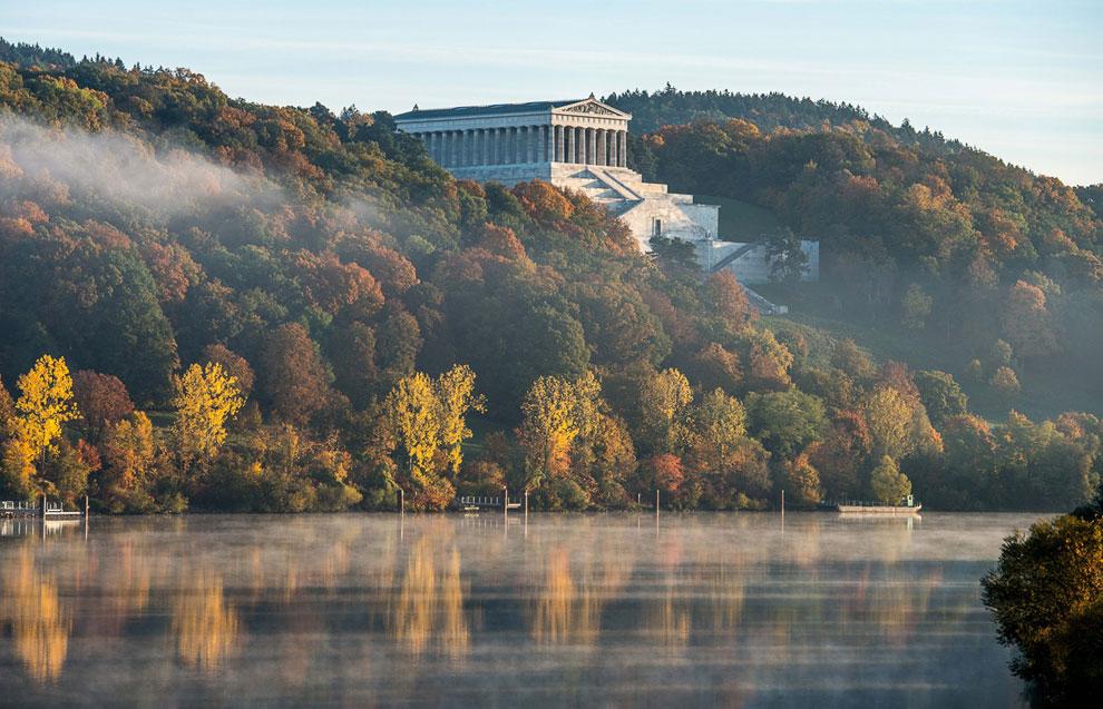 Осенний пейзаж на реке Дунай в Регенсбурге, Германия
