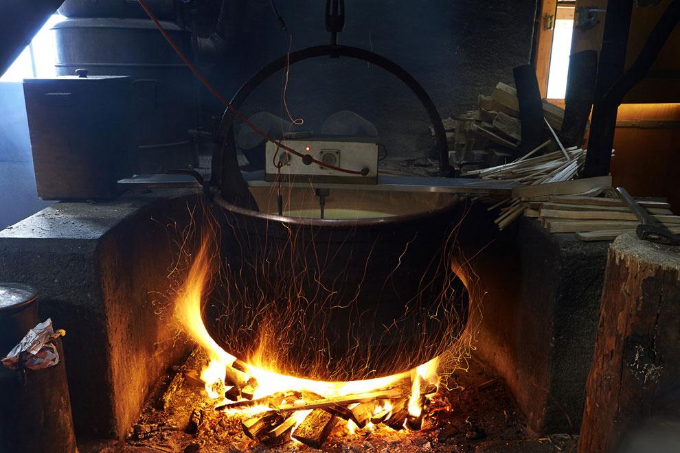 Молоко высокогорных коров нагревают на костре в медном чане