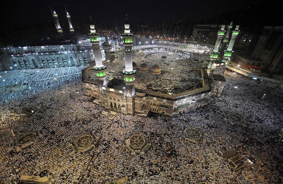 Сотни тысяч паломников во внутреннем дворе Большой мечети Масджид аль-Харам в Мекке