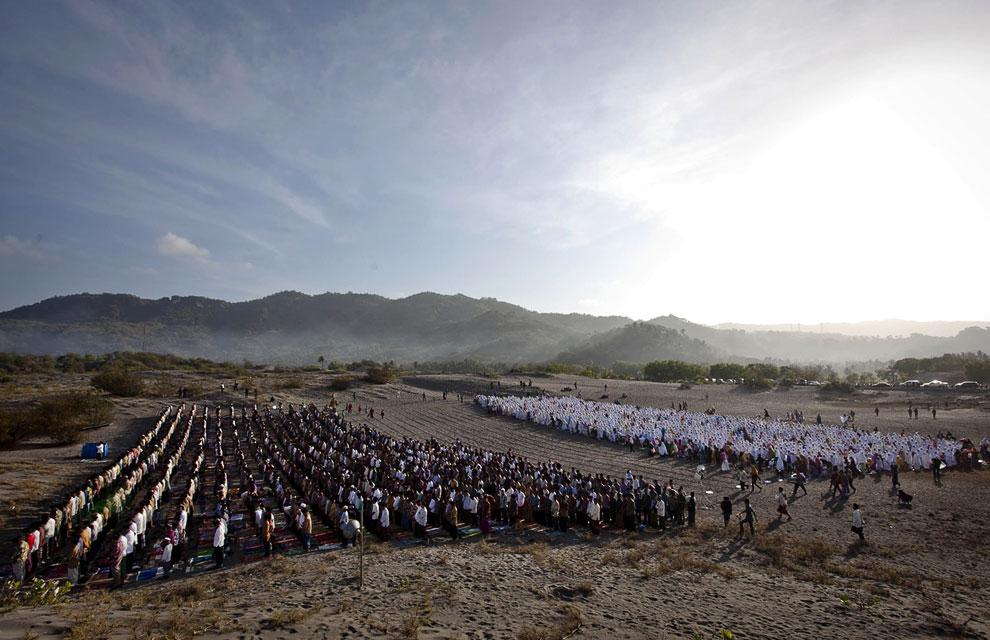 Утренная молитва в Джокьякарта, Индонезия