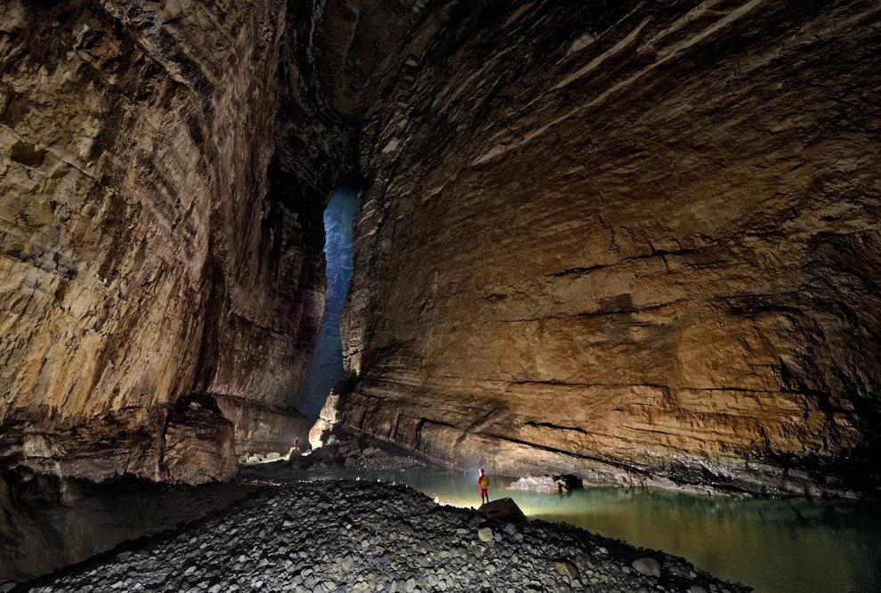 Для ощущения размеров пещеры: вдалеке на камне стоит человек