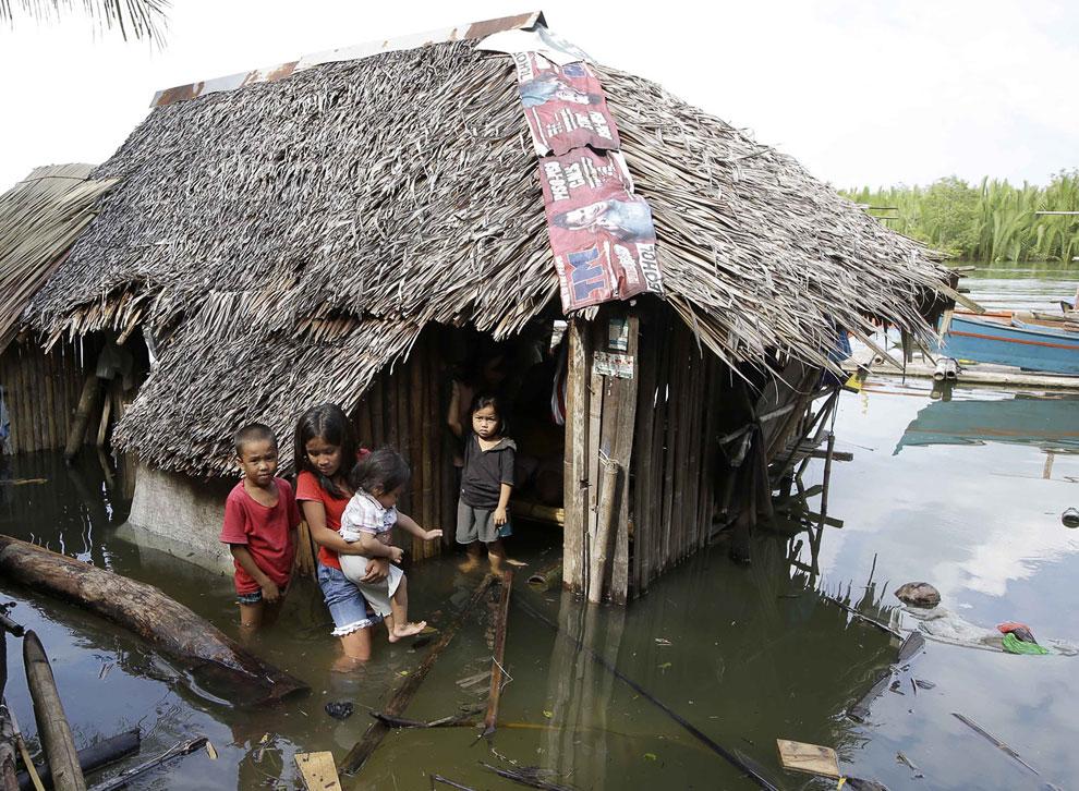 Многие деревянные домишки на Филиппинах ушли под воду