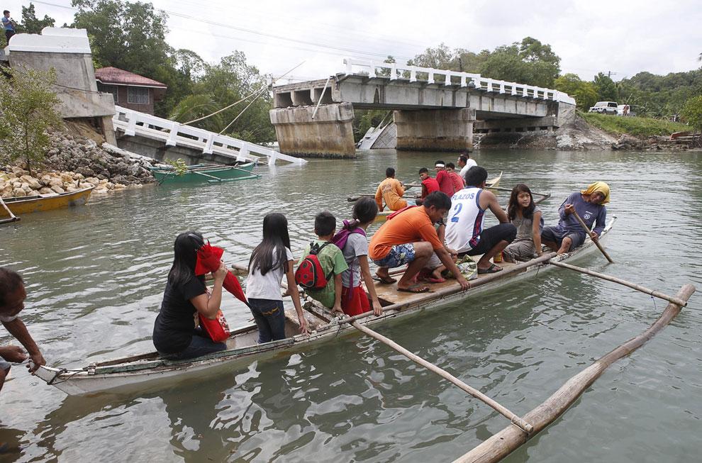 Альтернативный способ переправы рядом с рухнувшим мостом