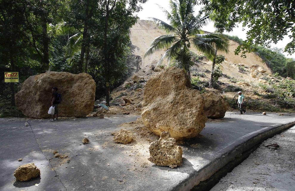 Огромные валуны, скатившиеся с горы во время землетрясения, блокировали дорогу на острове Бохоль