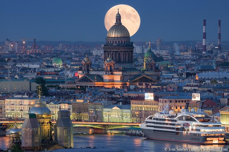 Луна восходит надо Исаакиевским собором
