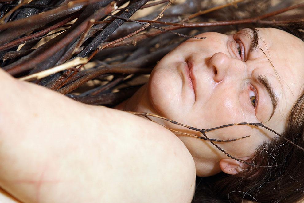Женщина с прутьями