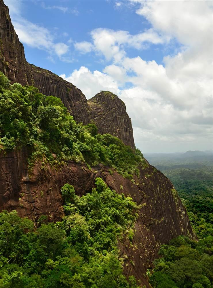Это уникальная гранитная гора, возвышающаяся на 700 метров над тропическими лесами