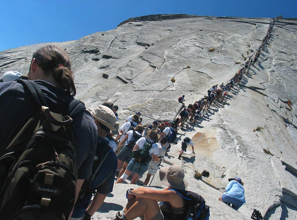 Каждый год парк посещают около 3 млн человек; большинство останавливается только в долине Йосемити