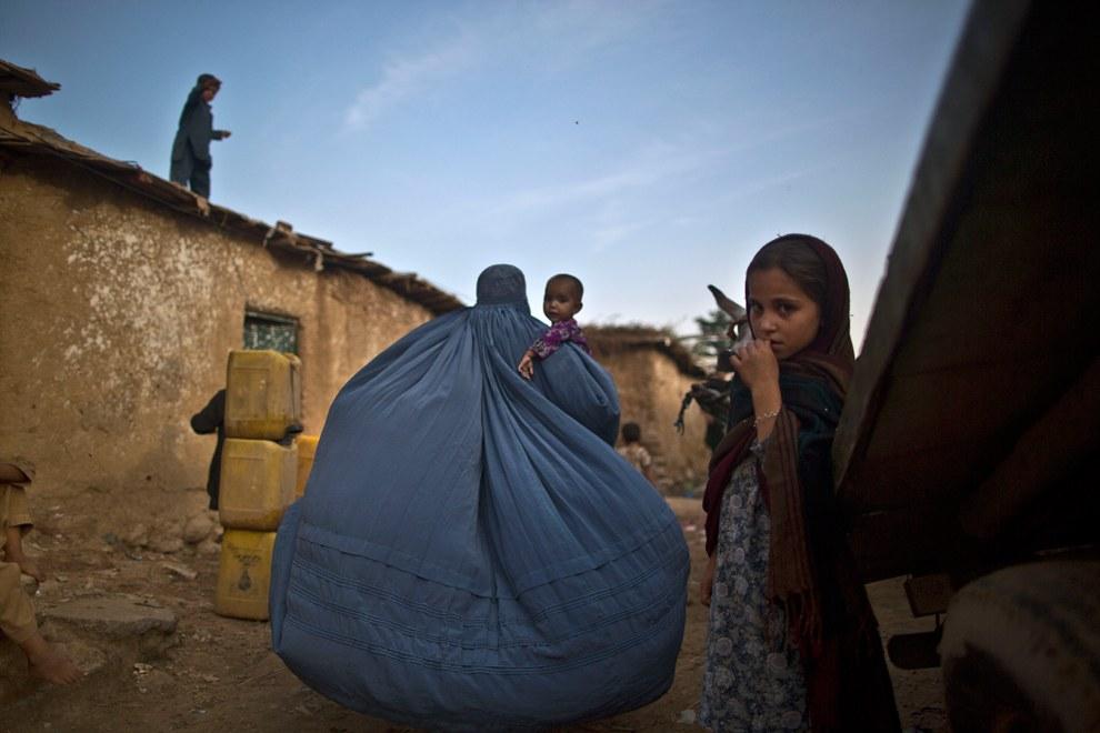 Афганские беженцы в бедном районе на окраине Исламабада