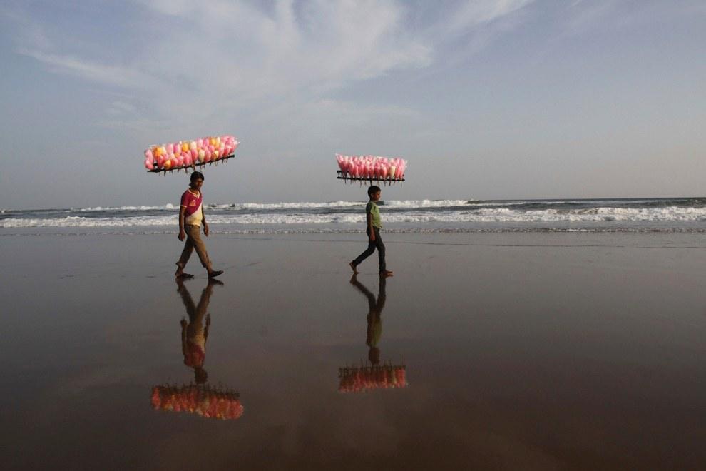 Продавцы сладостей на берегу Бенгальского залива в Индии