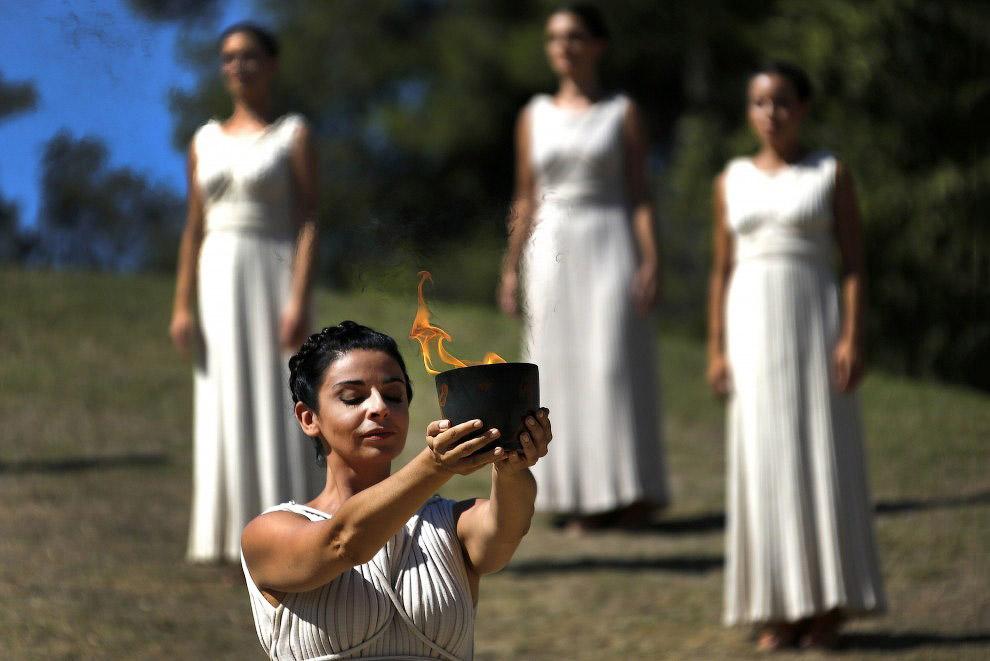 В воскресенье, 29 сентября на развалинах храма богини Геры, в древнем городе Олимпия, который дал название играм, прошла церемония зажжения Олимпийского огня от солнечных лучей с помощью параболического зеркала