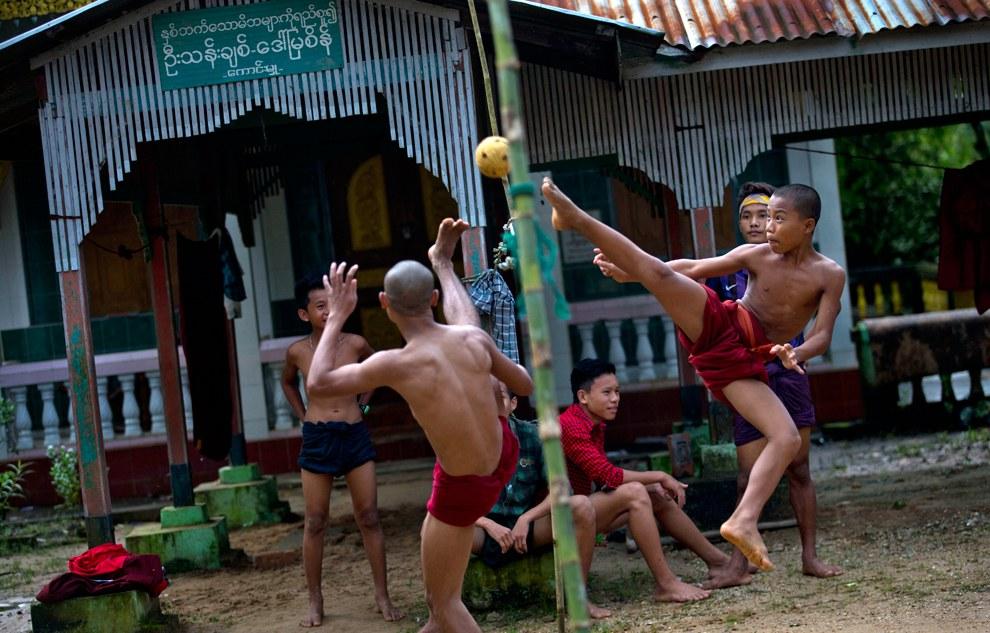 Буддистские монахи демонстрируют мастерство игры в Чинлон