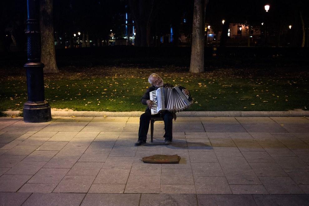 Румынский музыкант играет на аккордеоне на улице, Мадрид, Испания